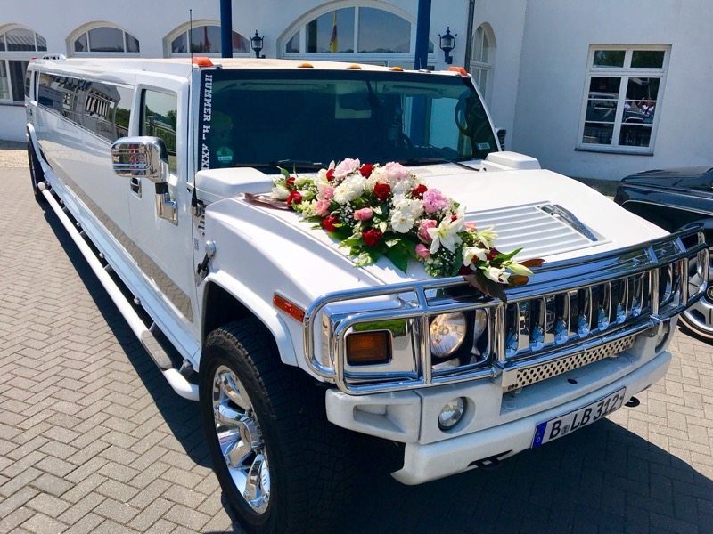 Hummer H2 Stretchlimousine mit Hochzeitsschmuck